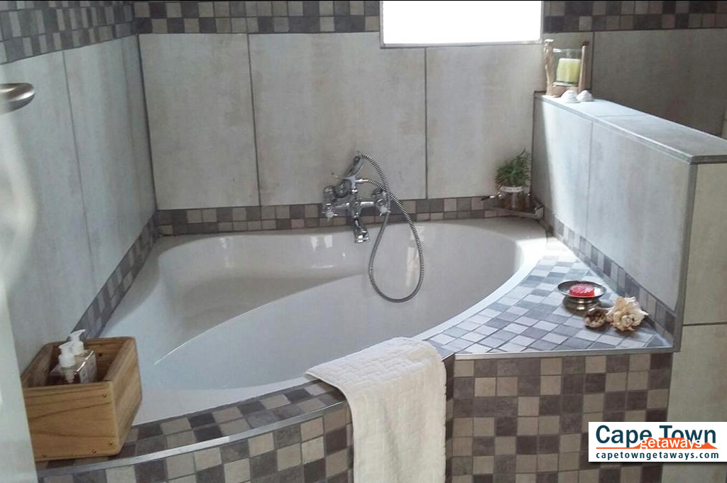 Lamberts Bay Self-Catering Bathroom Bath