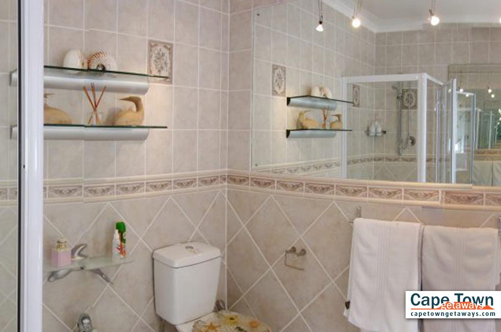 Tuscan spacious en-suite bathroom